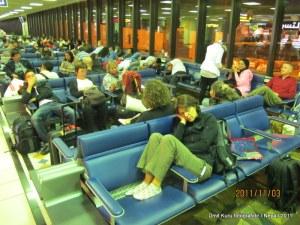 Gecikme boyunca havaalanında bekleyiş tam bir eziyetti.